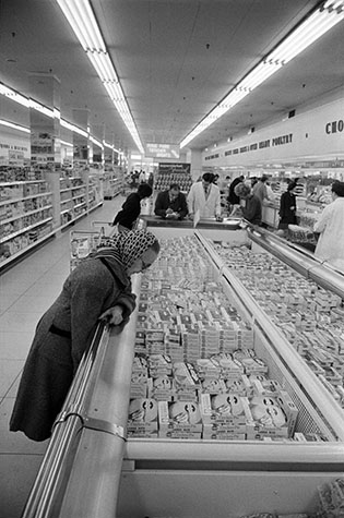 FINE FARE Supermarket, London. This was one of the new ' Cathedrals of Consumerism' to open in the city. Customers were overwhelmed with a plethora of products that made choice difficult. 1963