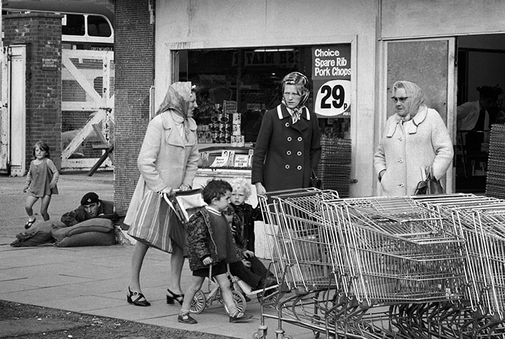 GB. NORTHERN IRELAND. Shopping over the watchful eye of the ever-present British soldier. 1973