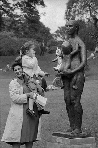 G.B. ENGLAND. London. London's Battersea Park sculpture exhibition, 1960.