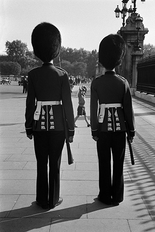 GB. London. Guardsmen outside Buckingham Palace. 1959.