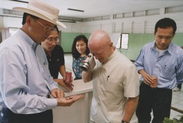 INDONESIA.  Sumatra.  Perawang.  2000.  Mark Mobius a global investor who manages more than $13 billion in emerging- markets assets for Franklin templeton investments.  Mark Mobius at Indah Kiat's pulp and paper mill in Perawang.  Mobius, waving his camcorder around like some real-life inspector gadget, films some seeds.