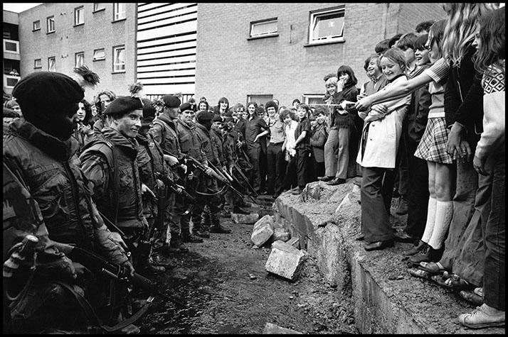 IRELAND. Belfast. 1972. Kids spraying soldiers.