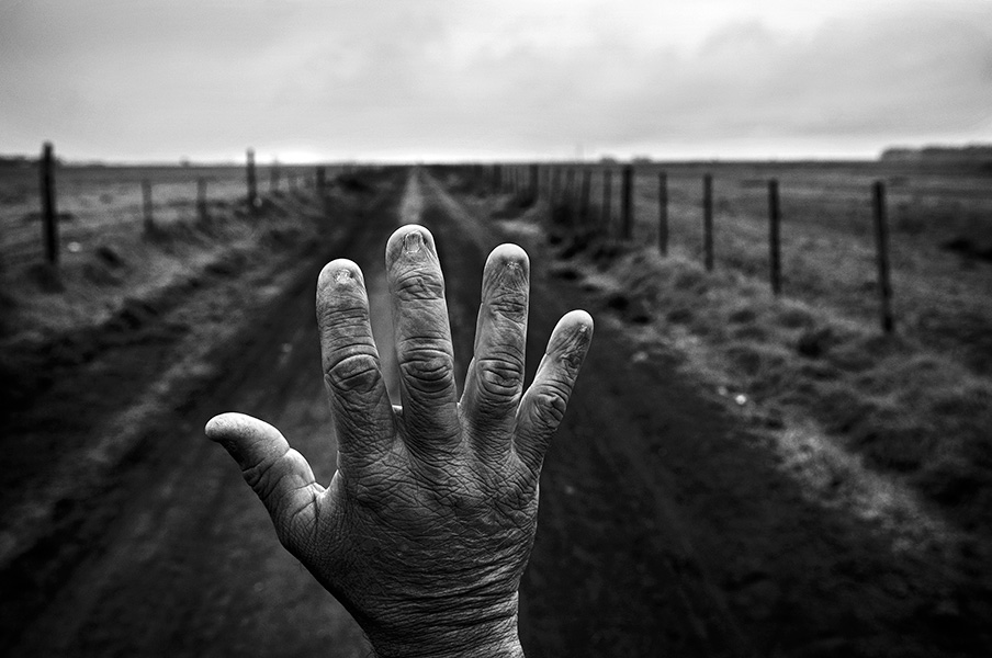 Alfredo Cerán worked for nine years as a ground crop-duster applying agrochemicals in soybean fields. His fingernail matrices burned. His medical blood tests for agrochemicals showed residues of glyphosate, Clorpiritos, Azatrine, 2.4-D and Cipermetrina.